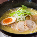 8時間以上じっくり煮込んで作る、自家製スープが絶品のラーメン