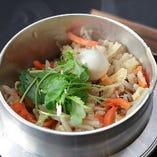 新鮮な具材と一緒にふんわりと炊き上げた釜飯は宴会の〆に◎