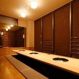 掘りごたつ式半個室(扉が格子状になっておりそれ以外の壁はしっかり覆われています)