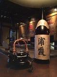 写真は塩釜の酒蔵、佐浦さんの「浦霞 純米ひやおろし」(秋季限定)です。季節ごとのお酒をご用意してお待ちしております。