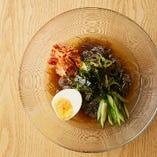 さっぱりとした優しい味わいの冷麺は、〆にぴったりな逸品です