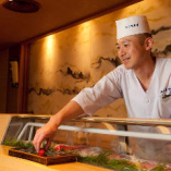 職人が握る寿司を目の前でお楽しみください