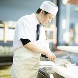 ベテラン料理人たちが変幻自在に調理いたします。