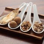 厳選した数十種類の漢方食材