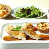 パリッと焼き上げた鶏肉のポワレ グリーンペッパーソース