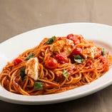 フレッシュトマトとモッツァレラのトマトソーススパゲッティ