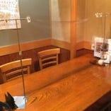 テーブル席に仕切りを設置してます。