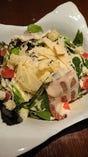 生ハムとパルメザンチーズのシーザーサラダ