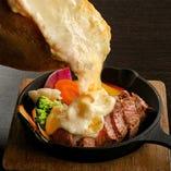 1 花畑牧場のラクレットチーズを使ったサーロインステーキ