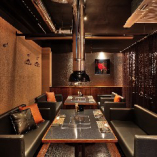 【シックな色調】 ソファーシートとローテーブルの広々空間