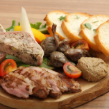 看板メニュー★自慢の肉の合盛り♪低温でじっくり火入れした砂肝のコンフィ。レバーが苦手な人も食べやすいように工夫した自家製レバーパテ。ジューシーさが人気の鴨のロースト、濃厚で食べごたえあるパテ・ド・カンパーニュ。などワインにピッタリの厳選された肉メニュー4種類盛り合わせです。