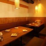 テーブルを2つ使えば、8名様用の個室空間へ
