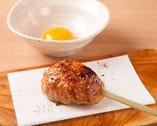 生卵黄を添えた大ぶり「鶏つくねの炭火焼き」は肉の旨みが凝縮