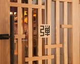 ユニークな格子戸に刻印されたモダンな店名ロゴが印象的な扉