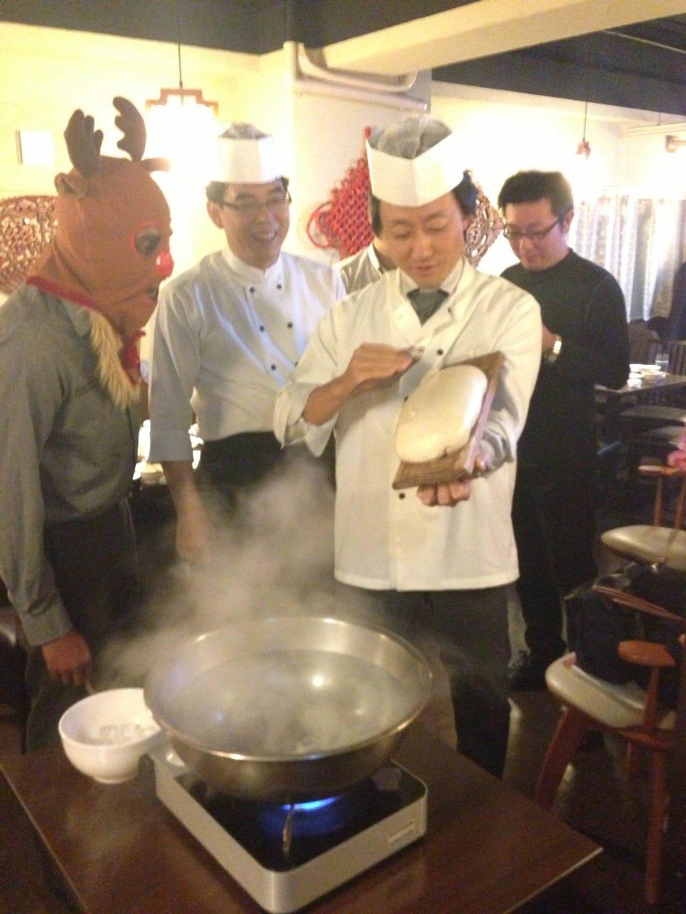 刀削麺を削るのを体験できる!!