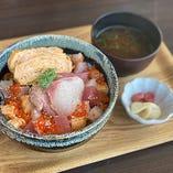 鮮度抜群の魚介を日替わりで楽しめる「海鮮ちらし丼定食」