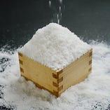 「塩」サラサラの煎塩をふりかけた焼魚。塩の甘みを実感します。