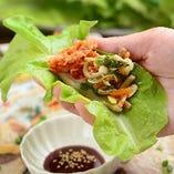 和豚のもち豚をサンチェという葉野菜で包んでお召し上がりいただきます。