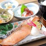 ランチ:本日の焼き魚御膳 うおかみのランチで丁寧に作られた和食を存分にお愉しみください