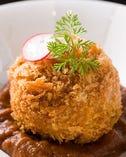 鴨肉・牛肉・豚肉入りの当店オリジナルの塩メンチカツ