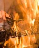 目の前で豪快に焼き上げる藁焼きをお楽しみください