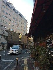 交差点にペプチードいう飲食店の角を右に曲がってください