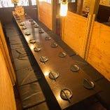 2階テーブル席は大人数に対応 隠れ家的ロフト上のお座敷席も有