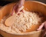 来店時間に合わせて釜で炊いた米に、熟成酢と塩を加えたシャリ
