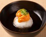 毛ガニを混ぜ込んだシャリを、のどぐろで巻いた蒸し鮨