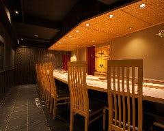 全10席のカウンター席。樹齢350年の尾州檜を使用している。