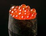 いくらは、口溶けの良い福岡県皿垣産の海苔で軍艦巻きに