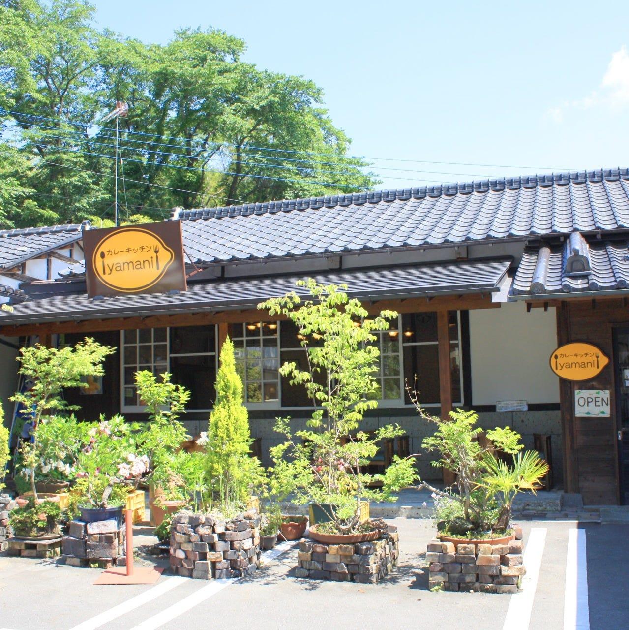 大谷石と木の温かみのある店内