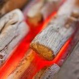 鳥吉の焼き鳥は炭火焼き。火の強弱を見極め、一度に10本以上の串をふっくら香ばしく焼き上げます。