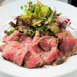 国産牛もも肉の自家製ローストビーフはアンチョビレモンソースで召し上がれ