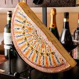 ラクレット専用の塊チーズを、オーブンで表面を溶かして、お客様の目の前で豪快に削ぎ落とします!
