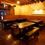 落ち着いた空間で本格九州博多料理をゆっくり楽しめるテーブル席