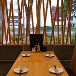 【テーブル席】木のぬくもり溢れる落ち着く空間