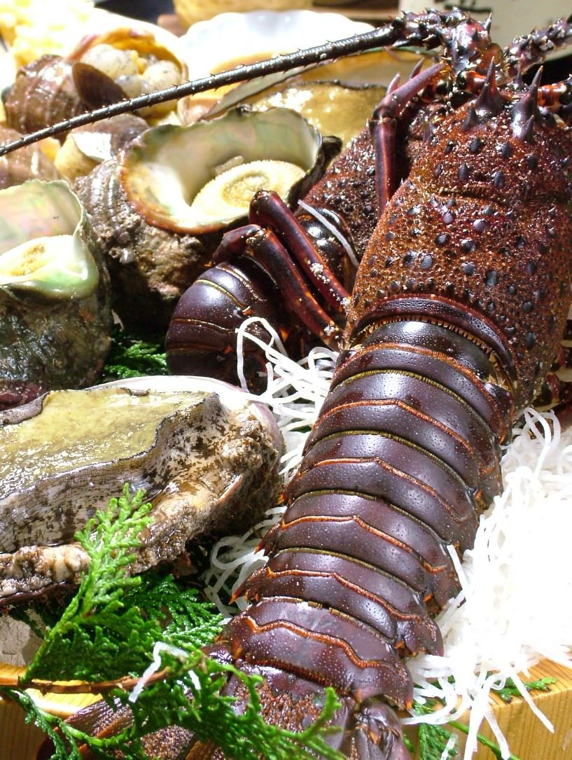 国内産天然活き伊勢海老や旬魚で美味な時間をお過ごし下さい。