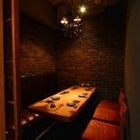 シャンデリアとレンガ使いの重厚感。プライベートな雰囲気でお食事を楽しめる個室席です:6名様まで