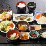 当店の最高級のゆば会席「宴の膳」¥2,500です。ますの塩焼きやヤシオマスの刺身もついてボリューム満点です。お米は、栃木米コシヒカリです。