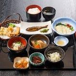 ゆば会席「雅の膳」¥1,500です。9皿もあってこのお値段。お手頃価格で、大満足の売れ筋料理です。