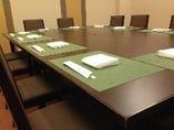 座敷2部屋とテーブル個室1部屋を完備。