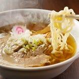 佐野ラーメンは、スープによく絡むようにこだわりの麺を使用しております。ツルっとしたのどごしと麺の旨味を感じることができるコシが当店の自慢です。佐野屋でしか味わえない佐野ラーメンをお楽しみ下さい。