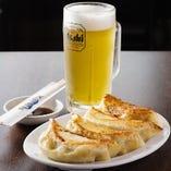 餃子とビールは最高の相性!!アルコールもご用意しております。