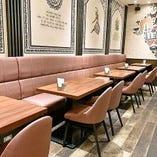 【16名様まで/テーブル席】広々とした開放感のあるスタイリッシュ空間