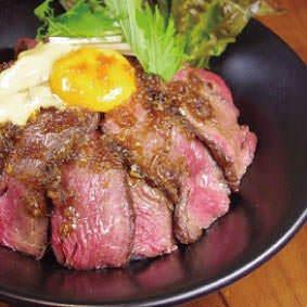熟成ステーキ丼は990円(税込)レア焼きなお肉を熱々ご飯と♪
