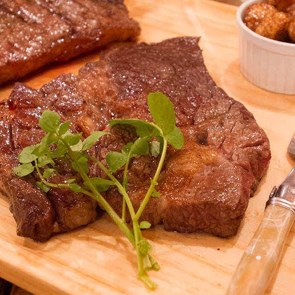 やっぱり当店の自慢は旨味溢れる熟成牛ステーキ!