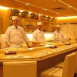 新鮮な素材と熟練の職人技で仕上げる自慢の握り寿司は絶品です。