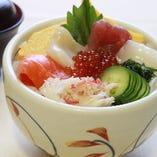 「北海丼」 お得なランチメニューは丼、握りなど種類も豊富。