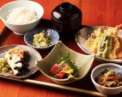お昼の定食は900円よりご用意。